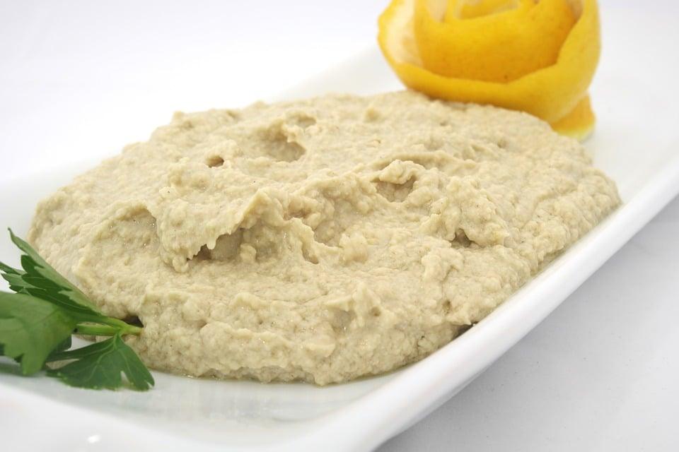 Hummus na talíři.