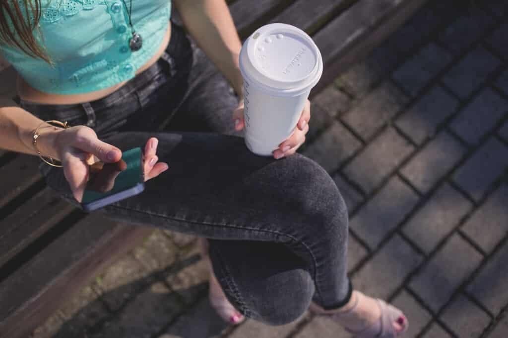 Pití kávy pomáhá hubnout.