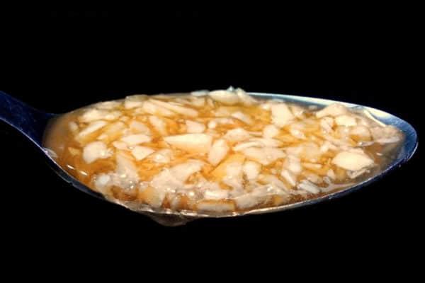 med s česnekem