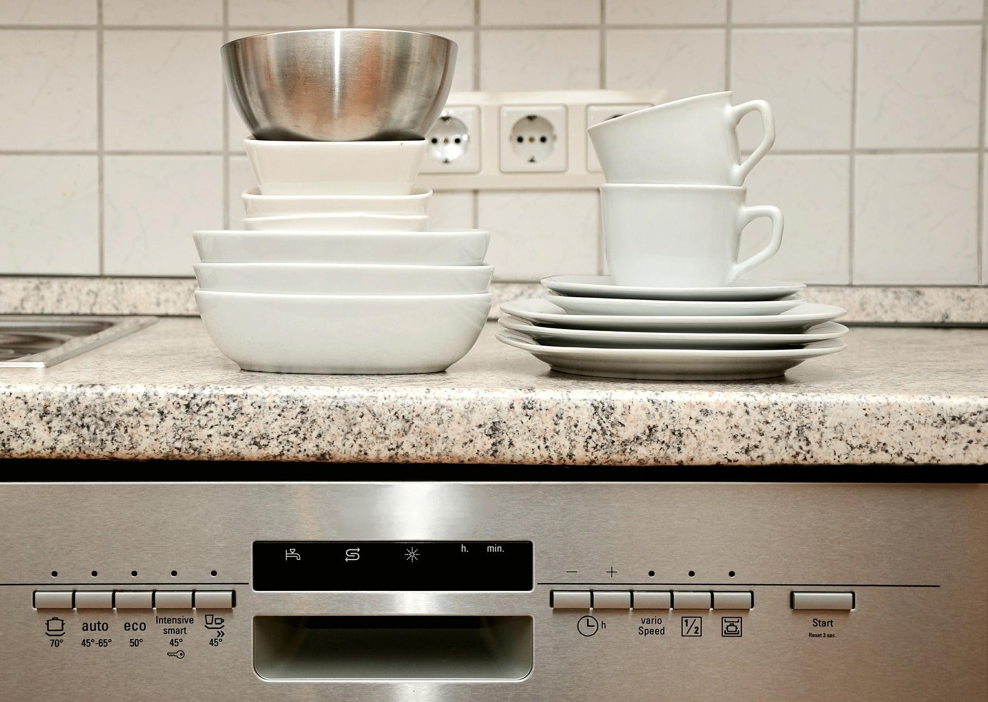 Moderní myčka nádobí spotřebuje méně vody než ruční mytí