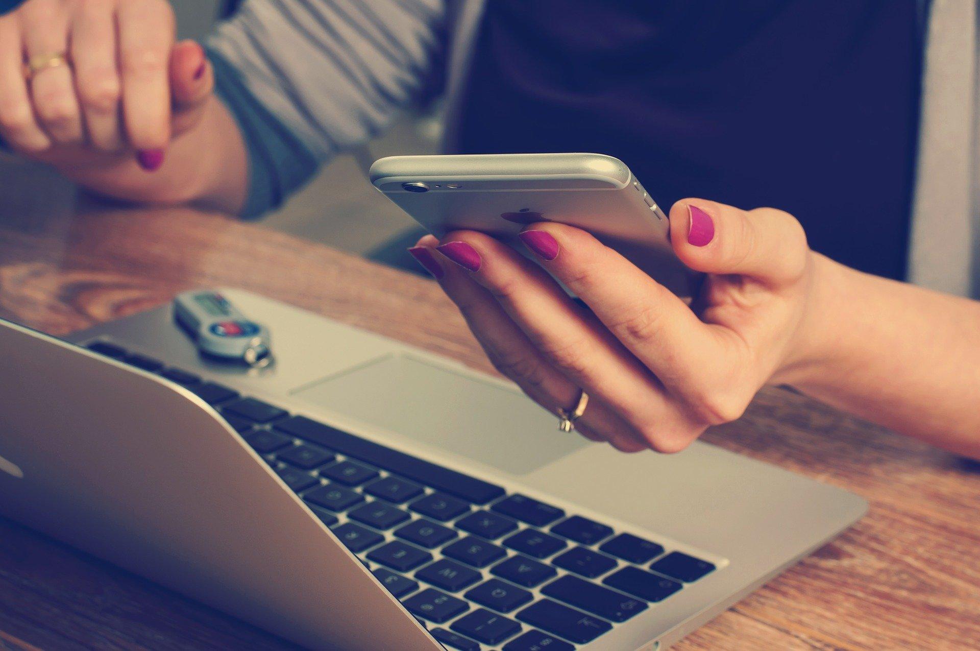 Celodenní sledování telefonu a počítače škodí zdraví