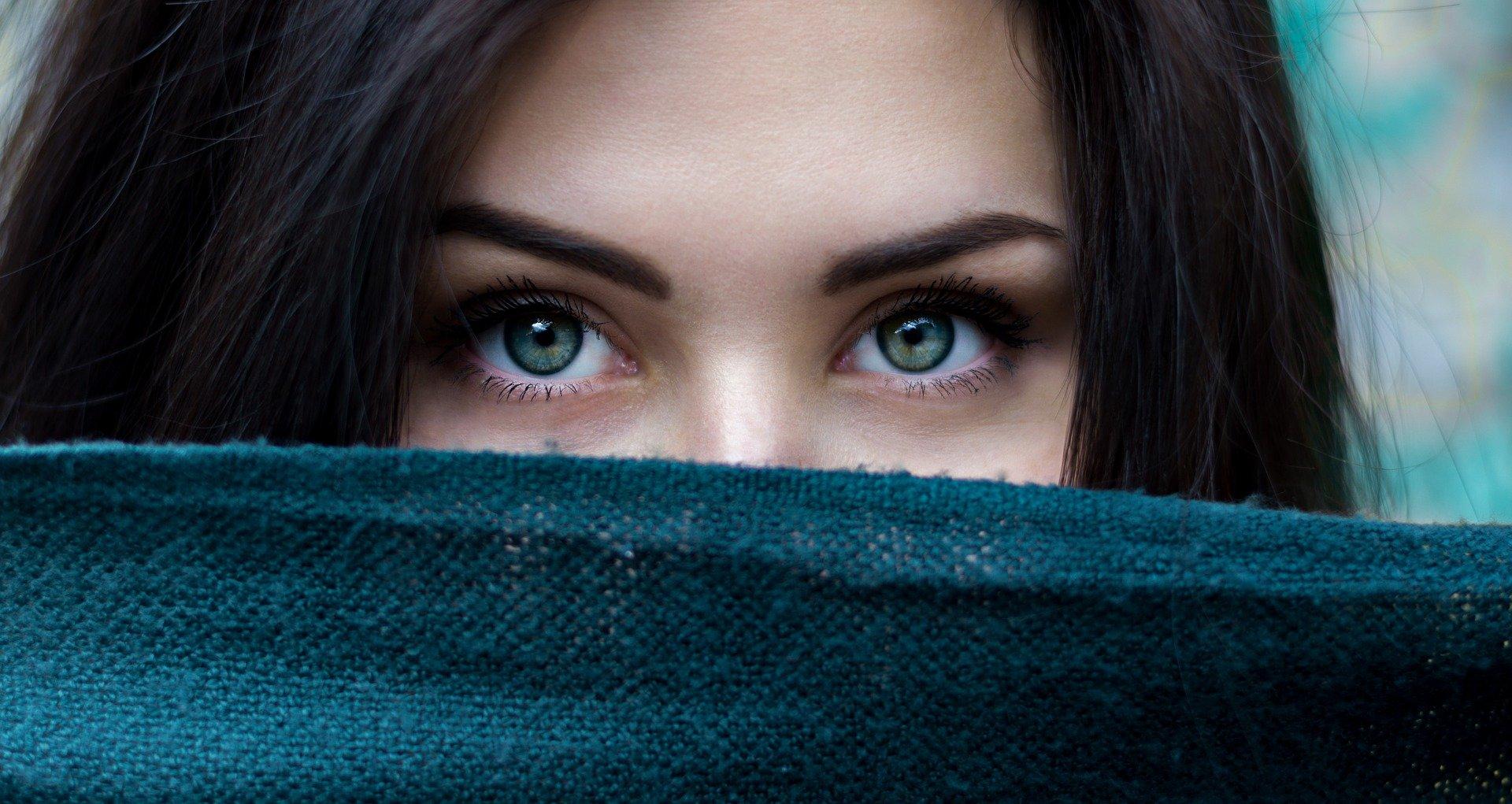 Při sledování obrazovky nechte oči odpočívat v pravidelných pauzách