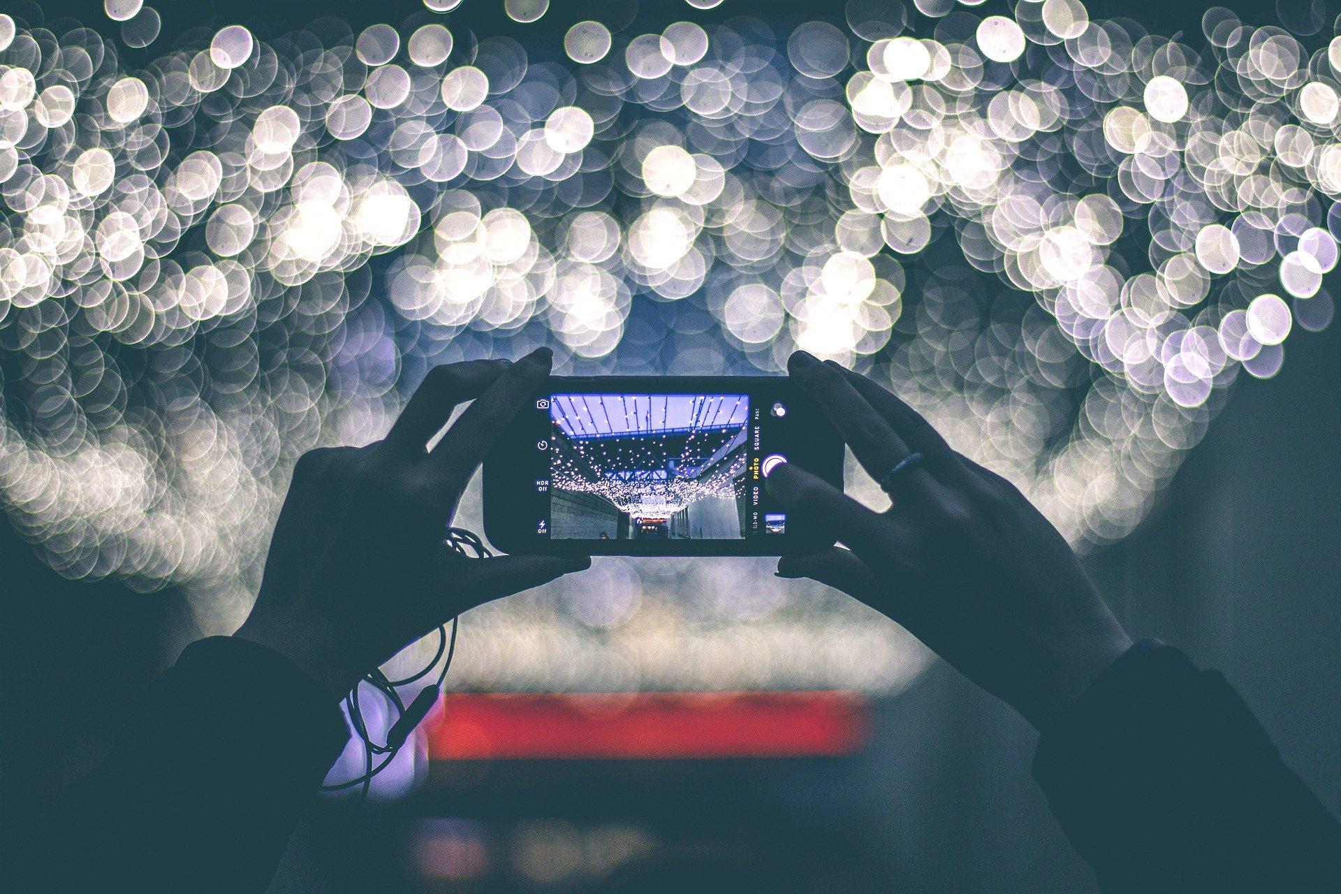 Sledování telefonu v naprosté tmě je škodlivé