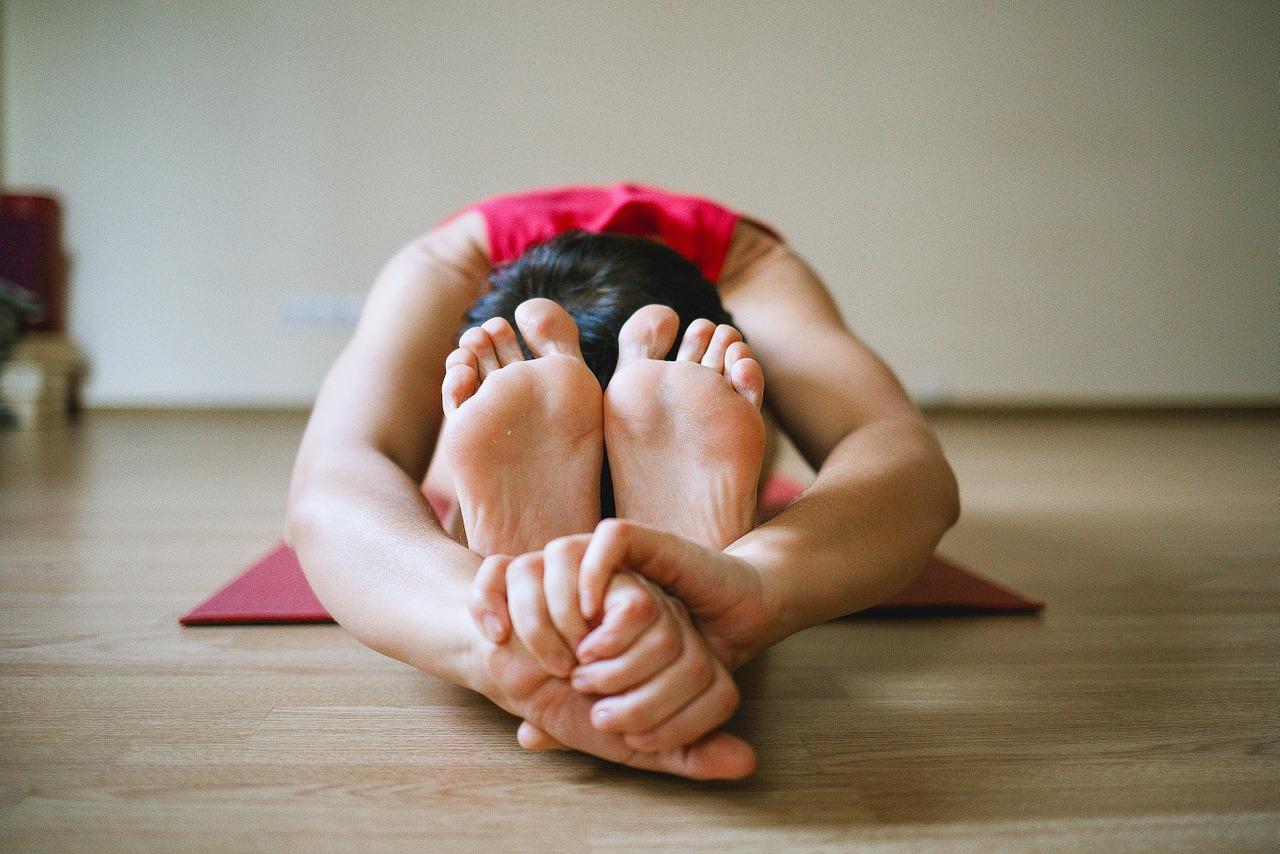 Cvičení jógy pomáhá zmírňovat projevy migrény.