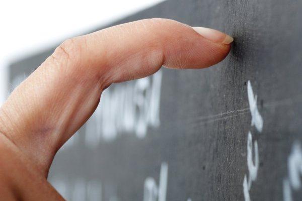 Nehty škrábající o školní tabuli