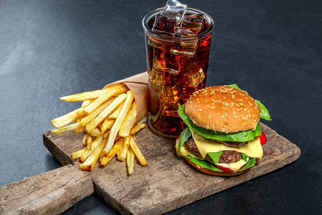 Nezdravá výživa je dalším faktorem, který se může přičíst vzniku mrtvice.