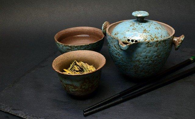 Zelený čaj servírovaný v modré konvičce