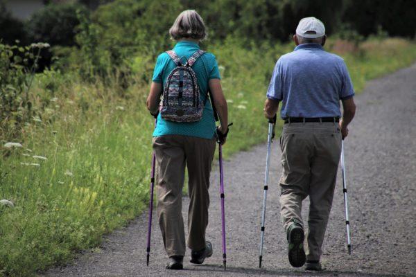 Vyzkoušejte nordic walking nebo obyčejnou procházku po okolí
