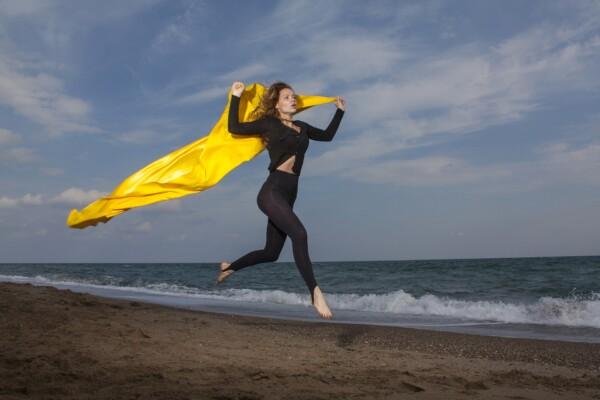 žena při běhání na pláži