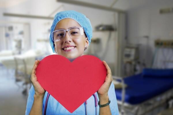 srdce v rukou zdravotní sestry