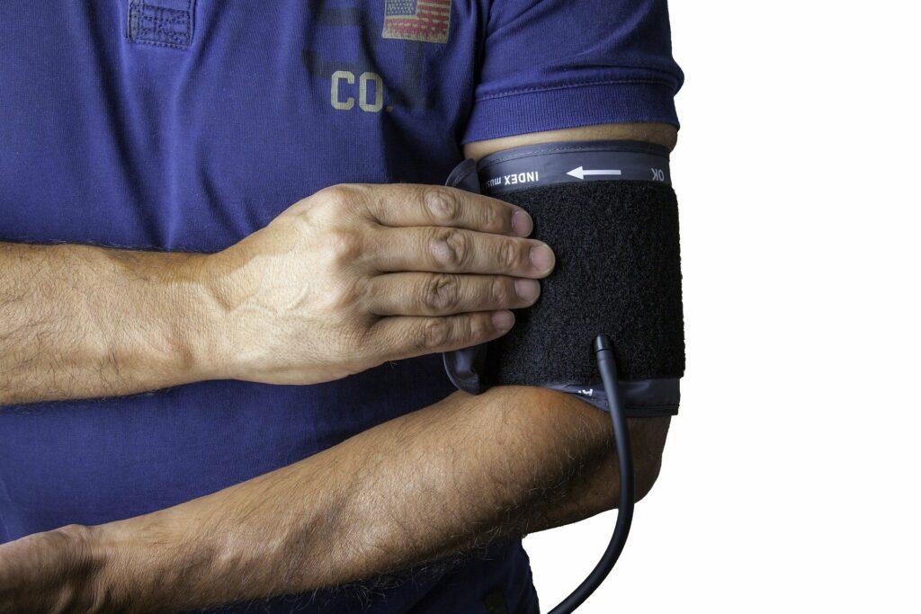 Měření krevního tlaku.