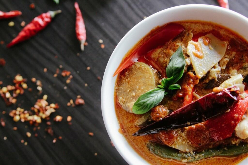 Exotická polévka s chilli papričkami.