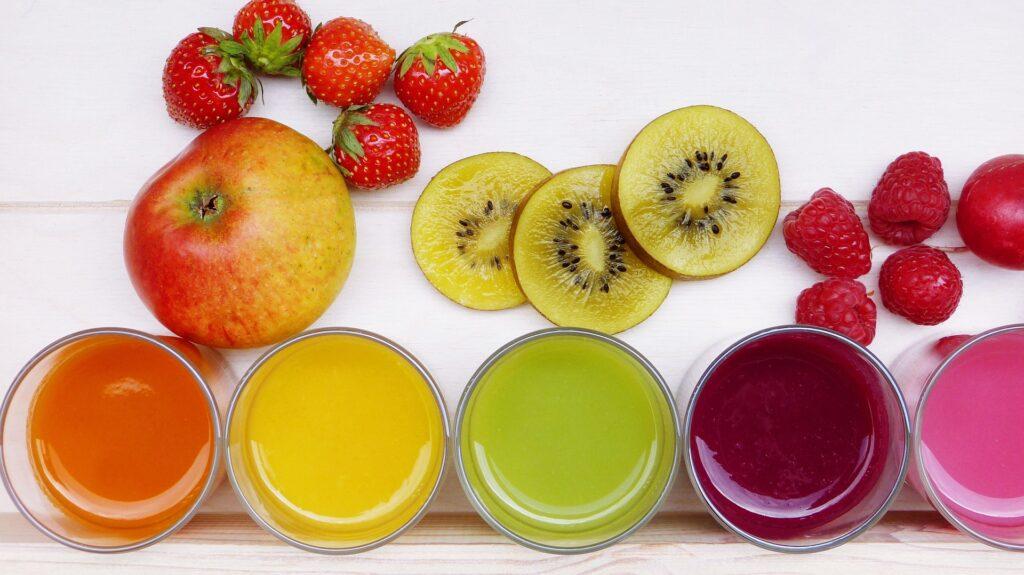 Různé druhy ovocných džusů a smoothies.