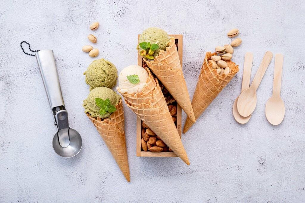 Pistáciová zmrzlina v kornoutku.