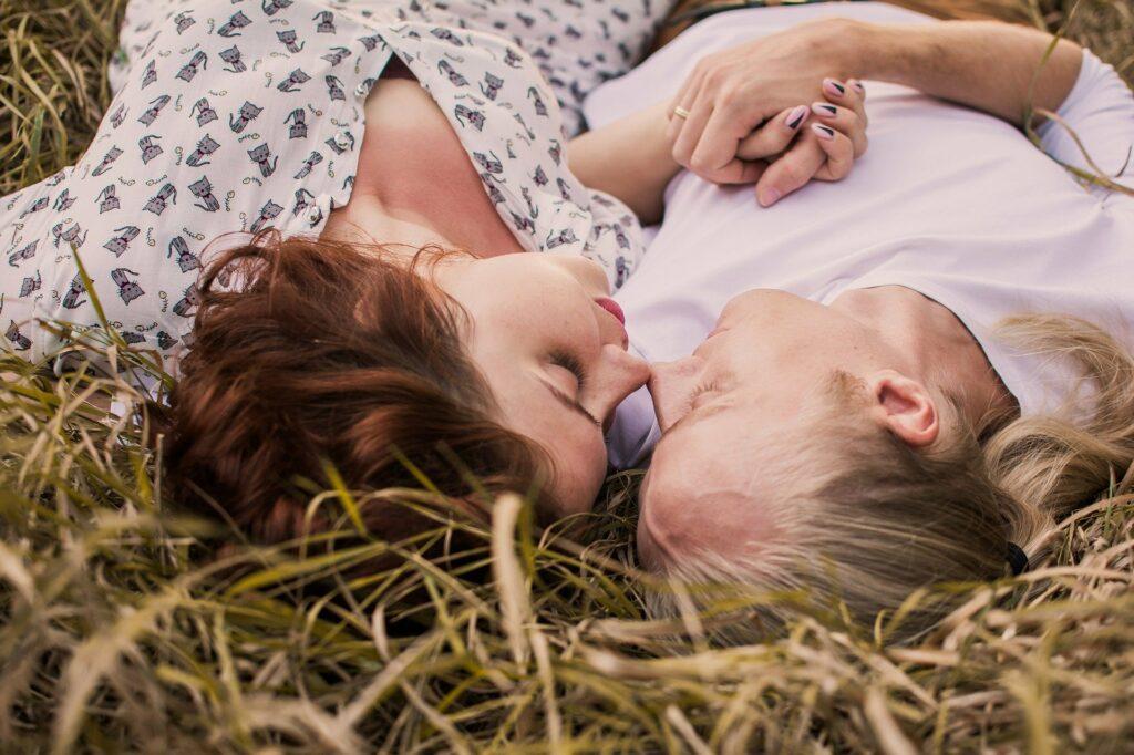 Pár při romantickém polibku.