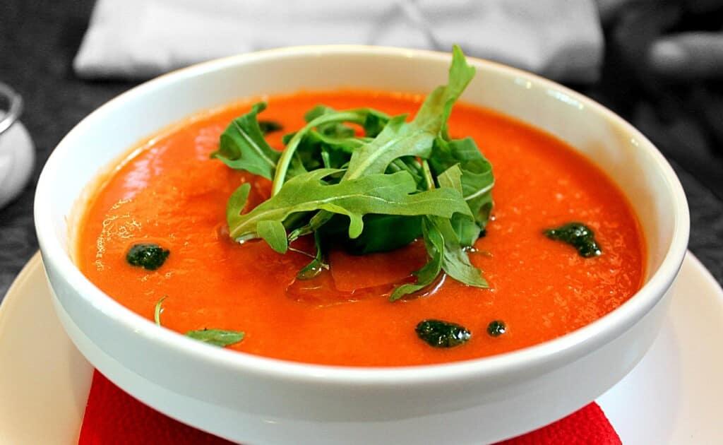 Italská rajčatová polévka s rukolou.