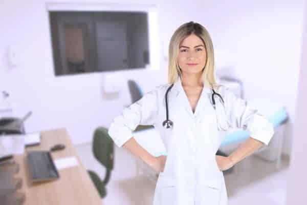 Lékařka připravená na vyšetření na vysoký tlak.
