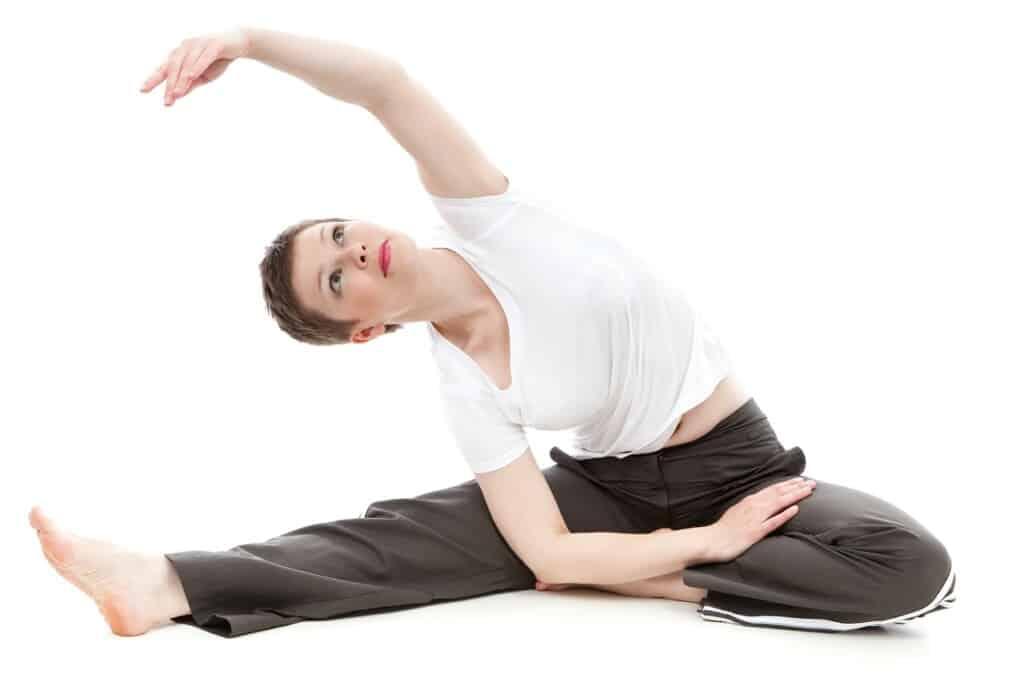 Žena cvičí na posílení těla.