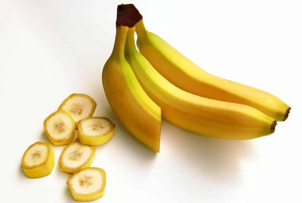 Banány a nakrájená banánová kolečka.