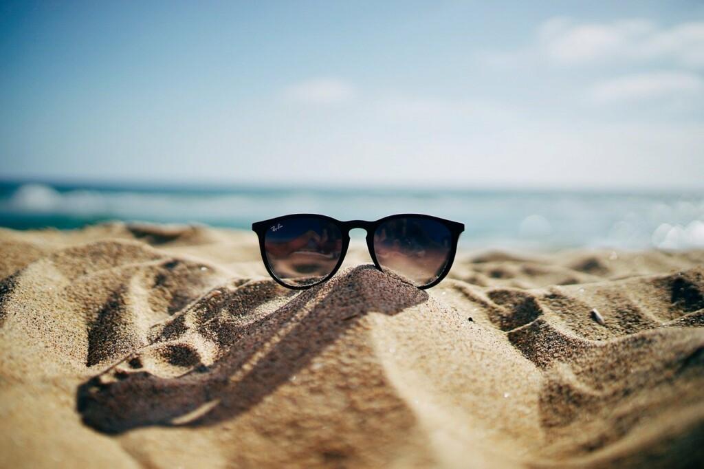 Sluneční brýle na pláži u moře.