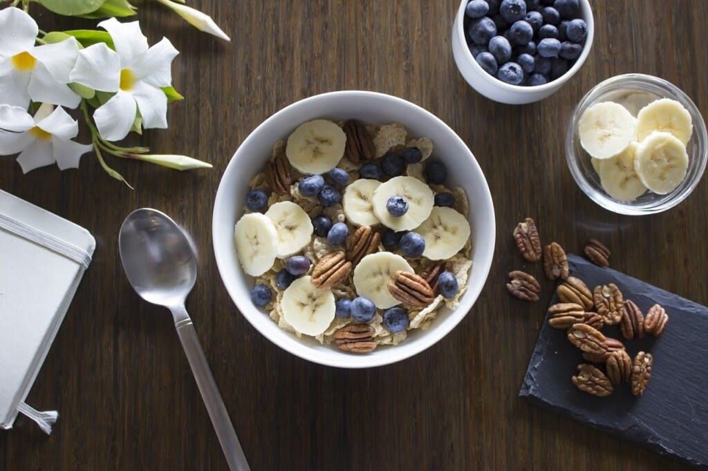 Miska ovesné kaše s ovocem a ořechy.