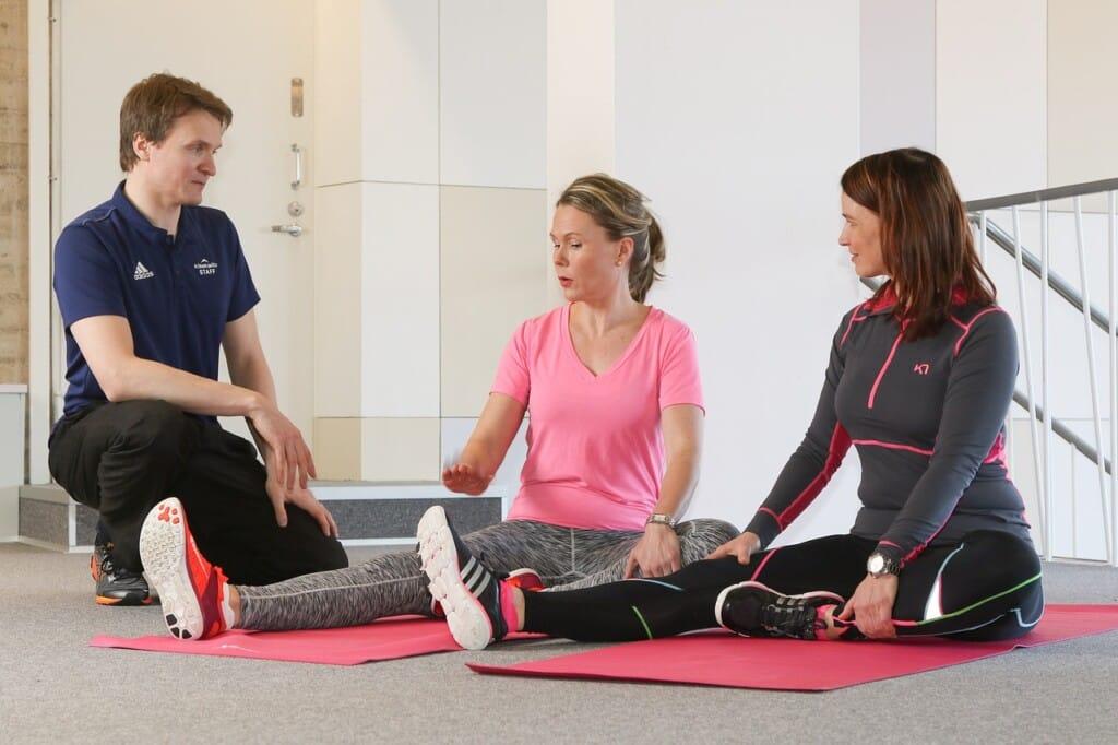 Ženy při cvičení v posilovně.