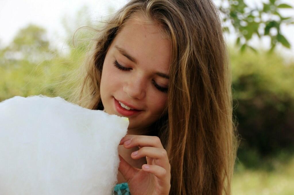 Dívka s cukrovou vatou.