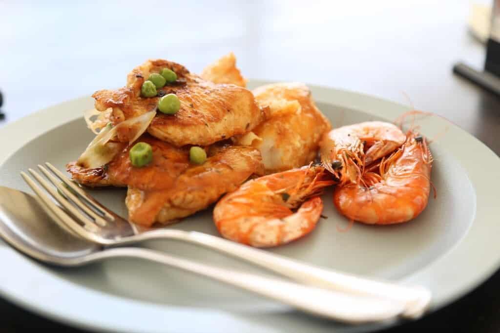 Grilované maso a mořské plody.