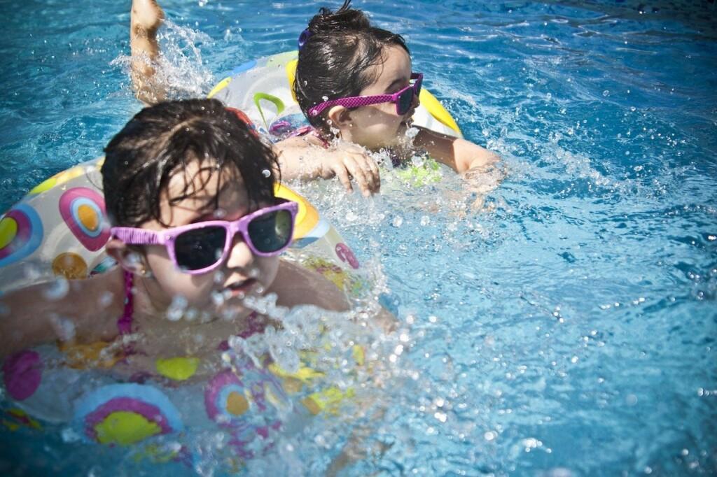 Děti se koupají ve vodě.