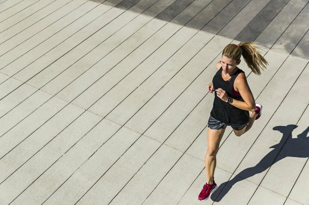 Žena běží venku.