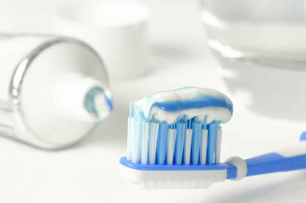 Zubní pasta na kartáčku.
