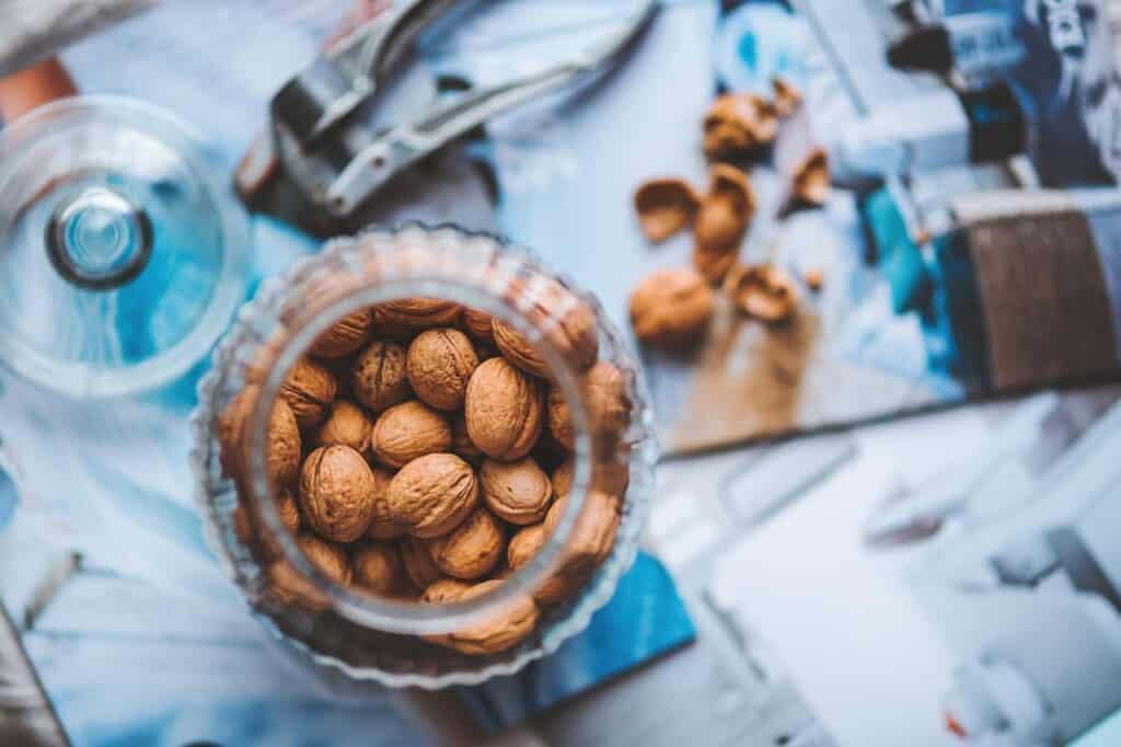 Sklenice s vlašskými ořechy.