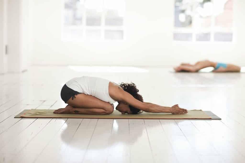 Žena v odpočinkové poloze při cvičení.