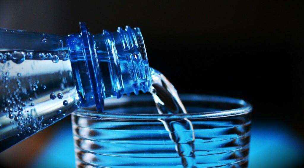 Detail nalévání vody do sklenice.
