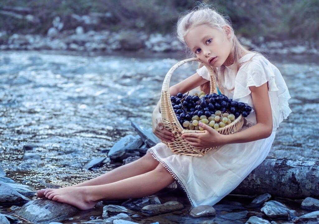 Dívka s košem hroznového vína.