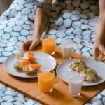 Podnos s jídlem v posteli.