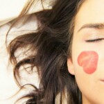 Obličej ženy s obtisky na tvářích.