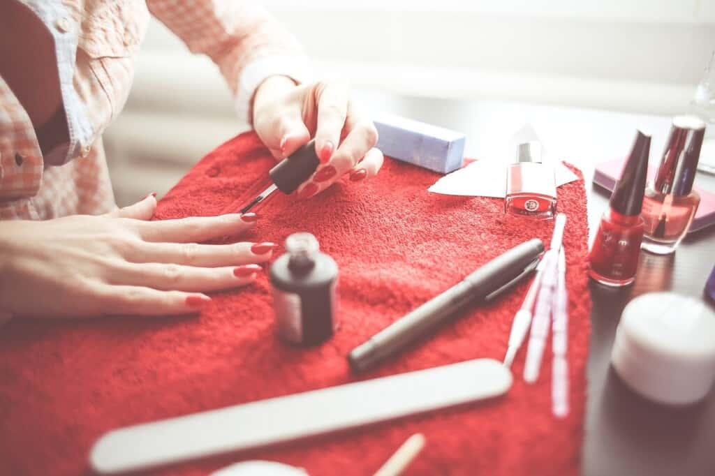 Žena si dělá manikůru.
