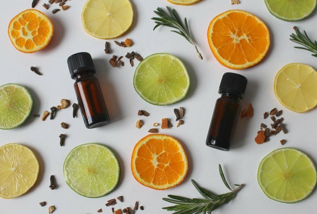 Éterické oleje mezi plátky citrusů.