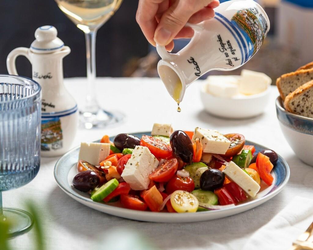 Řecký salát zalévaný olejem.