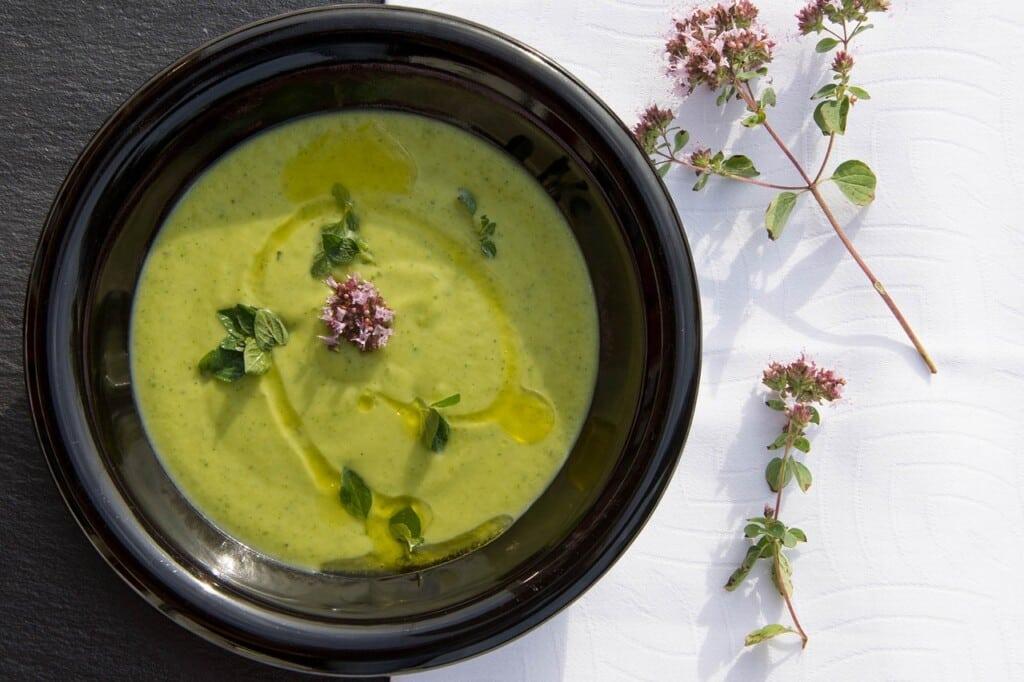 Zelená krémová polévka a květy oregana.