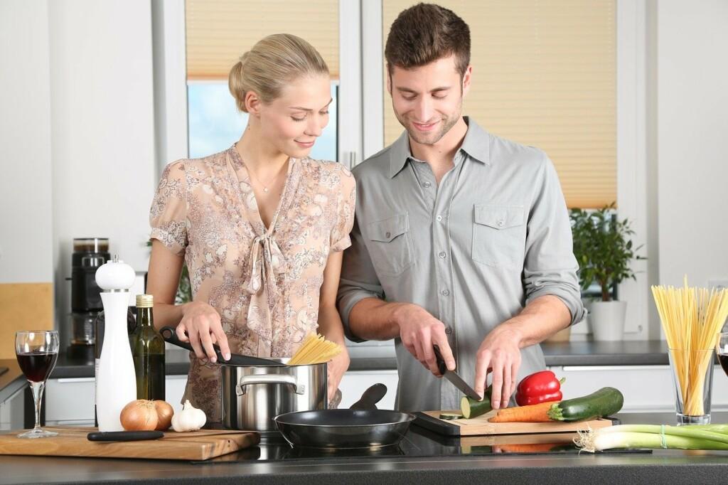 Mladý pár spolu vaří v kuchyni.