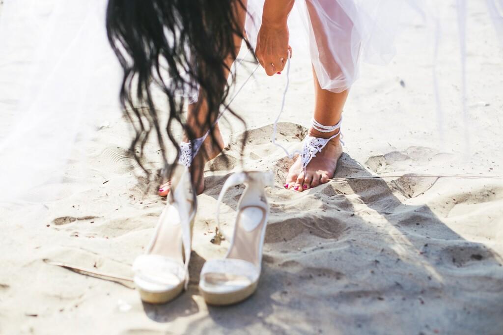 Bosá žena v písku.