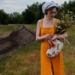 Žena s kyticí a svazkem mrkví.
