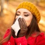 Machlazená žena v podzimním počasí.